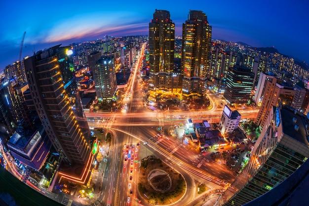 Tráfico en la noche en la ciudad de seúl, corea del sur