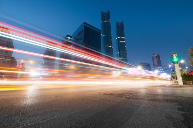 Tráfico en la noche en hong kong