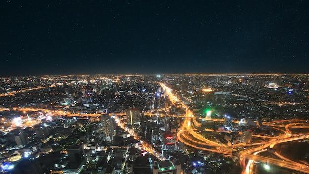 Tráfico nocturno de la ciudad en carretera de camino alto