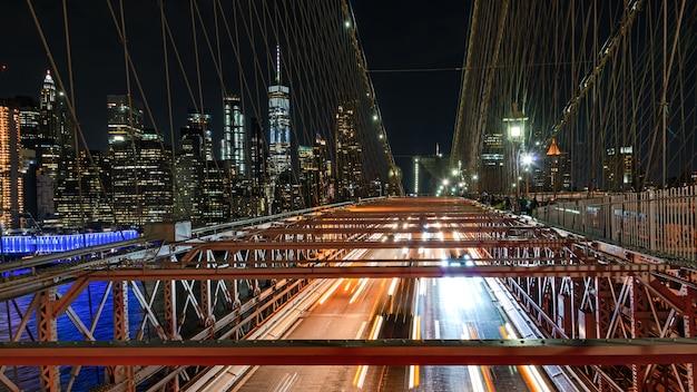 Tráfico del puente de brooklyn por la noche