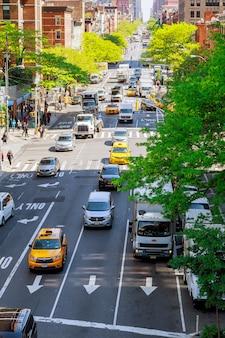 Tráfico hacia el sur desde un taxi de ny en el edificio y la arquitectura de la ciudad de nueva york.