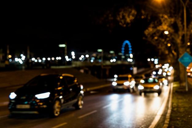 Tráfico de vehículos en las calles nocturnas.