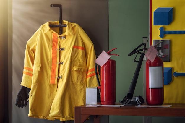 Traje de bombero y equipo para entrenamiento en simulación básica de extinción de incendios y evacuación para seguridad en situaciones de emergencia