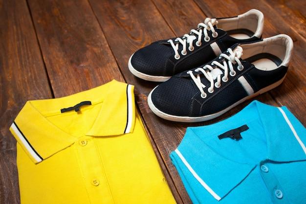 Traje masculino de coloridas zapatillas de polo negro sobre piso de madera