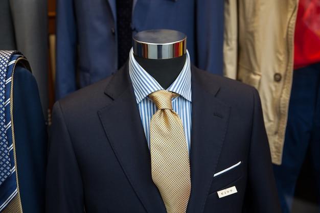 Traje masculino en la tienda de ropa.