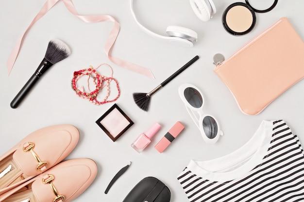 Traje de moda mujer y accesorios. concepto de tendencias de belleza y moda.