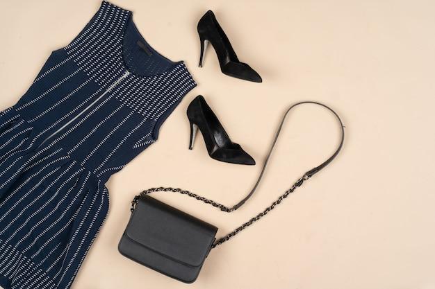 Traje de moda para una mujer en una vista superior de fondo beige
