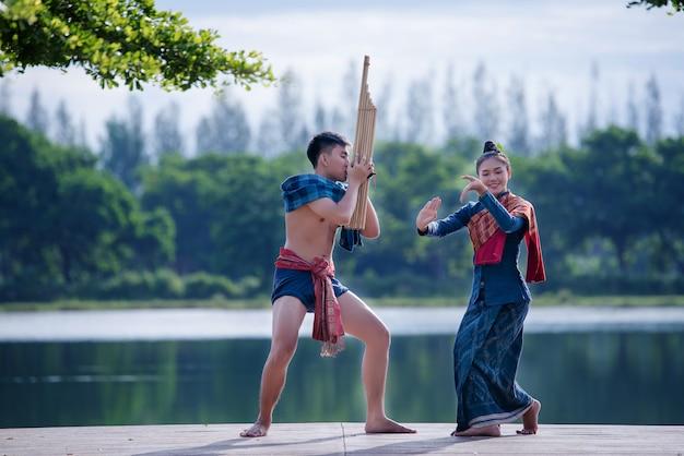 Traje de mujer de música de la cultura mai myanmar