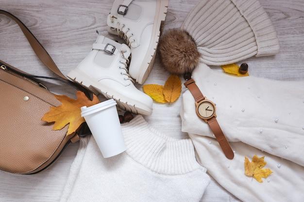 Traje de otoño con suéter, bolso, sombrero, bufanda y botas, vista superior de la idea de traje de temporada otoño invierno con gafas y accesorio de reloj