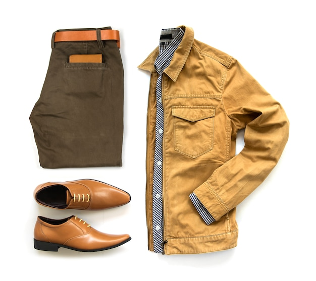 Trajes casuales para hombres, ropa de hombre, zapatos de oficina, pantalón, jecket, cinturón, billetera y camisa aislado sobre fondo blanco, vista superior