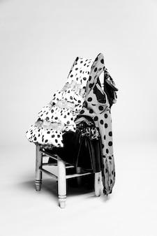 Trajes de flamenca tradicionales en blanco y negro en silla