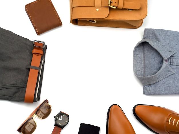 Trajes de moda creativa para hombres conjunto de ropa casual y accesorios aislados en blanco. vista superior