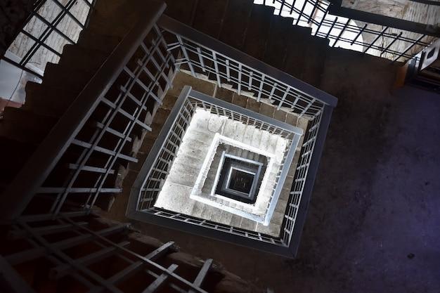 Tramo de escaleras, escalera en el edificio.