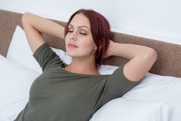 Tranquila hermosa mujer de relax en la cama
