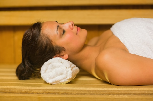 Tranquila morena relajante en una sauna
