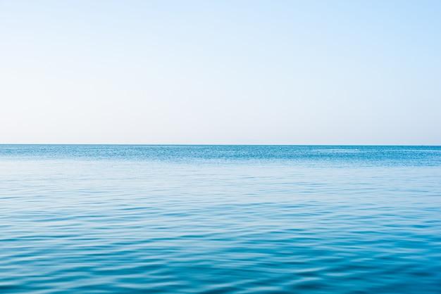 Tranquilo mar océano y fondo de cielo azul