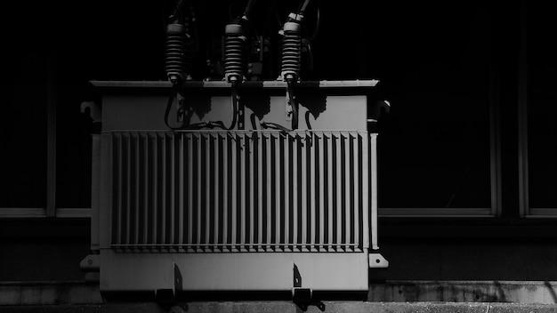 Transformador de potencia de alta tensión en la ciudad.