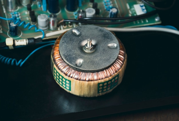 Transformador toroidal en eléctrico para reducir el voltaje de ca del aparato eléctrico