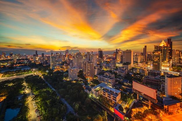 Transición de la vista de la ciudad de bangkok del día a la noche,