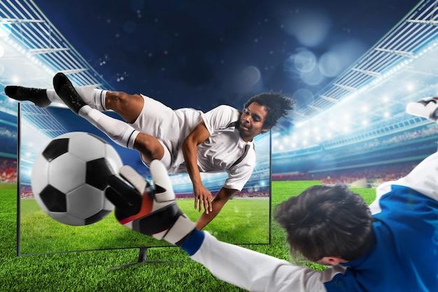 Transmisión del canal de televisión del jugador de fútbol que patea la pelota.