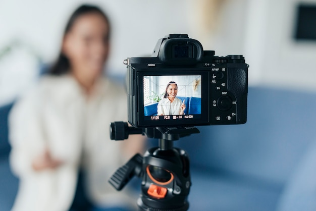 Transmisión en línea de vlogger femenina borrosa