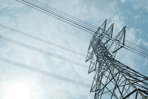 Transmisión de poste y transceptor telefónico con cielo azul, transmisión de altavoces públicos