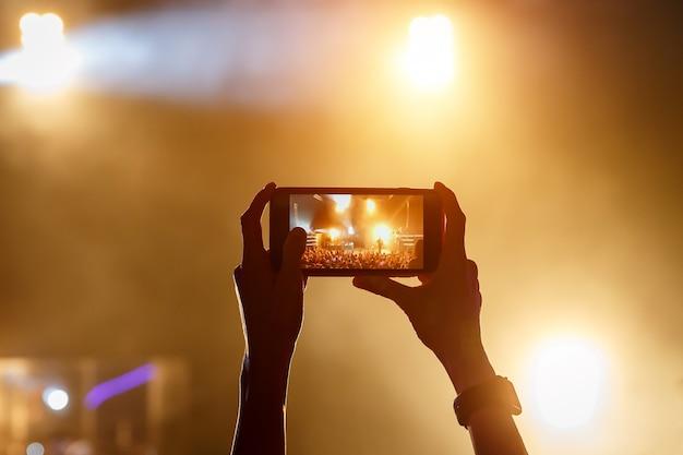 Transmita la transmisión en vivo del concierto a través del teléfono móvil a internet.