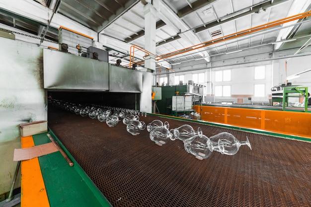 Transportador de jarras en la fabricación de vidrio.