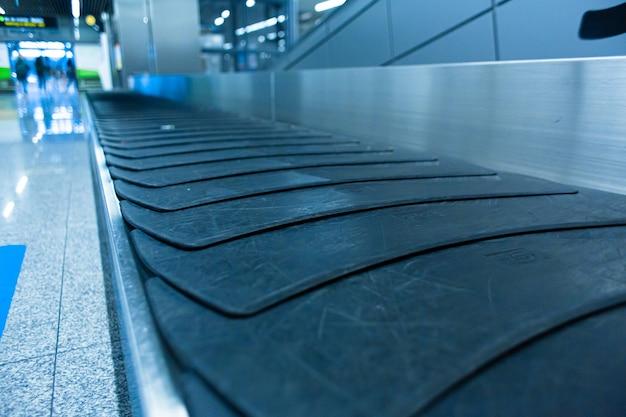 Transportador de reclamo de equipaje interior del aeropuerto de cerca.