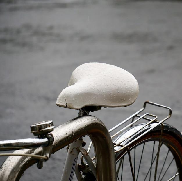 Transporte de asiento de bicicleta en la calle.