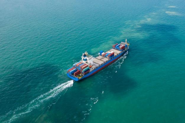 Transporte comercial envío contenedores de carga océanos susto