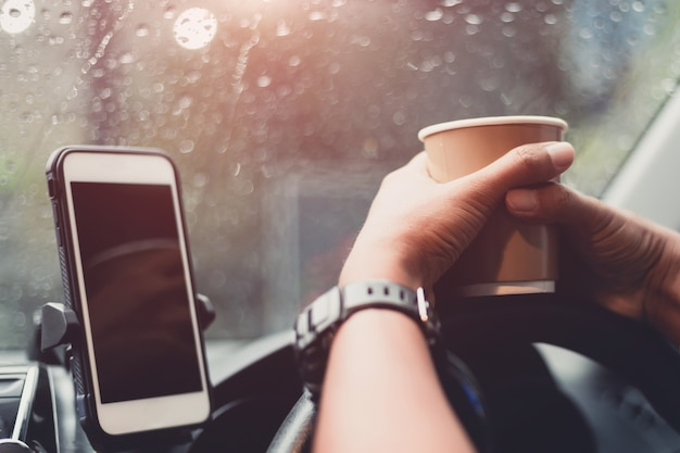 Transporte y concepto de vehículo - conductor tomando café mientras conduce el auto