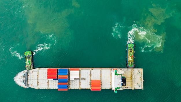 Transporte de contenedores de carga en el mar.