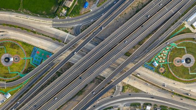 Transporte del cruce de la ciudad, carretera, con el coche en la intersección, camino cruzado, disparado por un drone