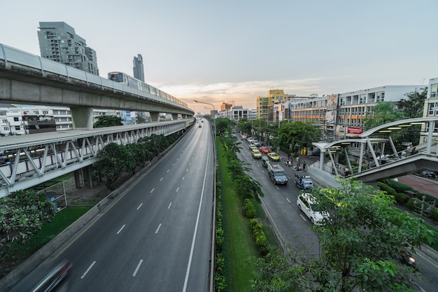 Transporte estación de ferrocarril con tráfico y sistema de metro de tren elevado en hora punta