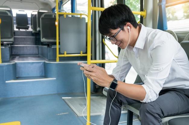 Transporte de pasajeros. gente en el autobús, escuchando música y jugando mientras viajan a casa.