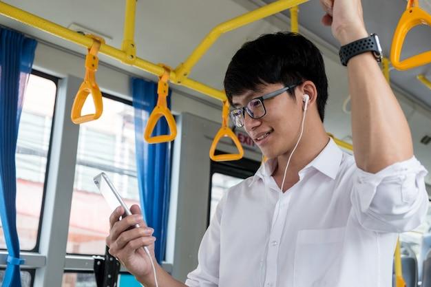 Transporte de pasajeros. gente en el autobús, escuchando música mientras viajas a casa.