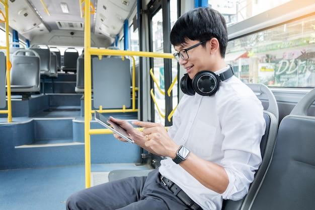 Transporte de pasajeros. personas en el autobús, escribiendo un mensaje mientras viajan a casa.