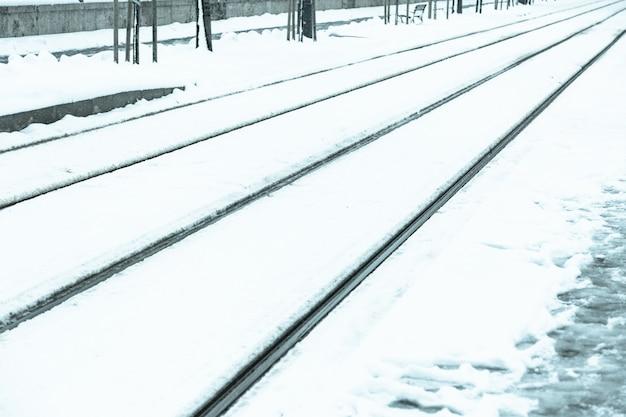 Tranvía cubierto de nieve en budapest