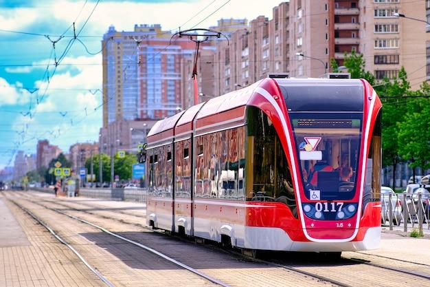 Tranvía moderno y tranquilo se mueve por las calles de san petersburgo