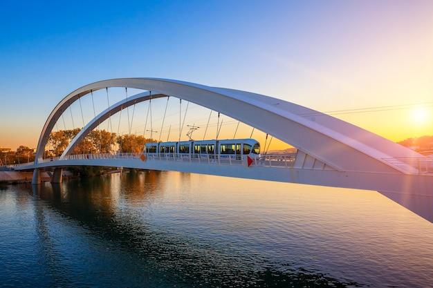 Tranvía en el puente al atardecer, lyon, francia.