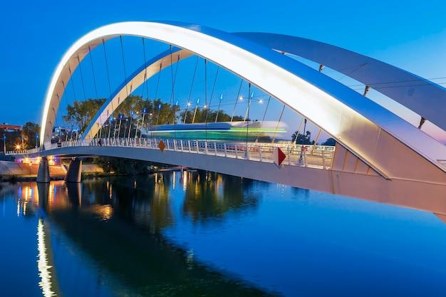 Tranvía en el puente por la noche, lyon, francia.