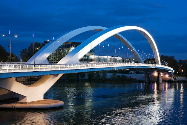 Tranvía que cruza el puente por la noche, lyon, francia.