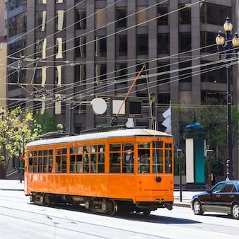 Tranvía del teleférico de san francisco en market street, california
