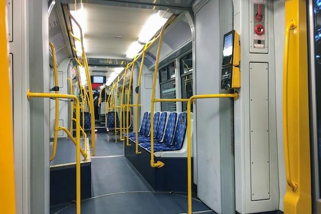 Un tranvía vacío sin gente en la cabina.