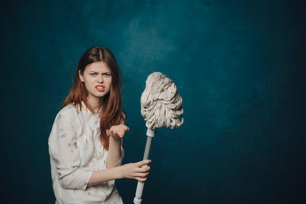 Trapeador de mujer sobre fondo azul gestos con las manos emociones espacio de copia. foto de alta calidad