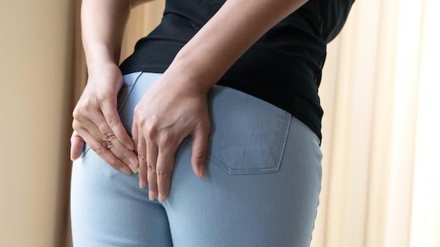 Trastorno, diarrea, incontinencia. concepto de salud. mano de mujer sosteniendo su trasero