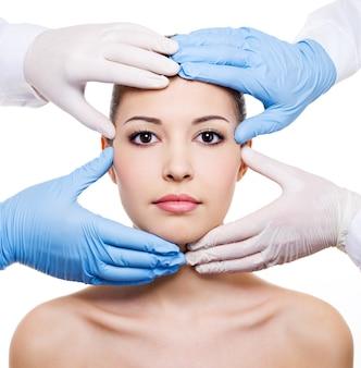 Tratamiento de belleza del hermoso rostro femenino aislado en blanco