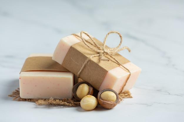 Tratamiento para el cuidado de la piel con jabón de macadamia