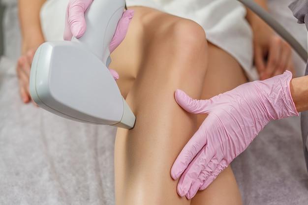 Tratamiento de depilación en clínica de belleza cosmética. cuidado de la piel con láser.
